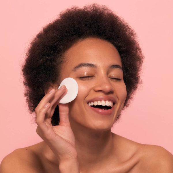 kvinna tvättar ansiktet