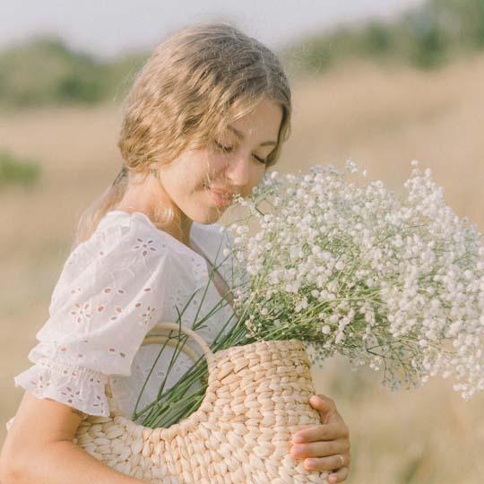 stora bild av kvinna med blomkorg